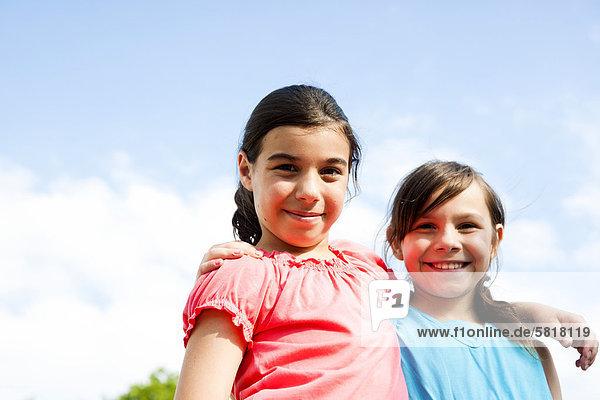 Zwei lächelnde Mädchen im Freien  Portrait