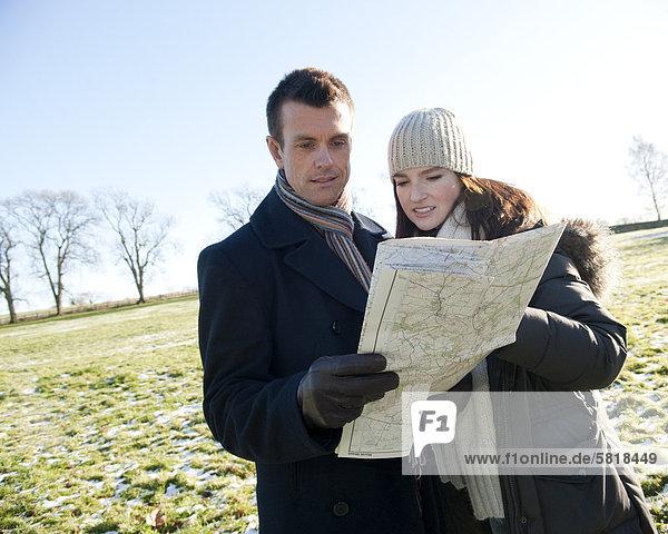junges Paar mit einen Spaziergang im Winter Blick auf Karte