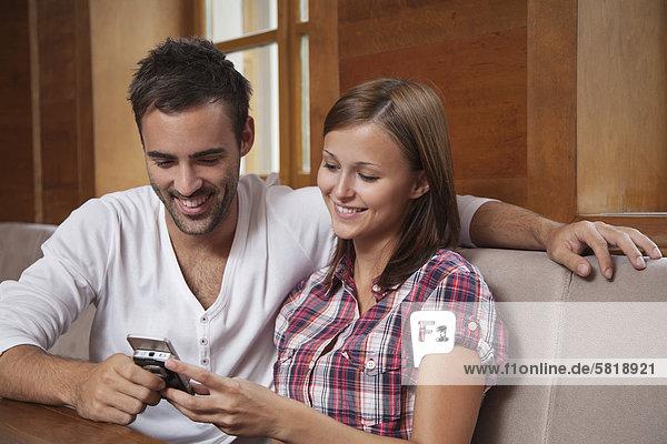 junges Paar Freigabe Textnachricht auf Handy