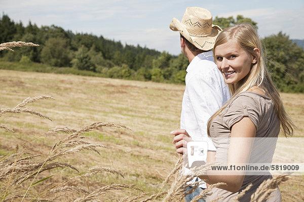 junges Paar Wandern durch Feld