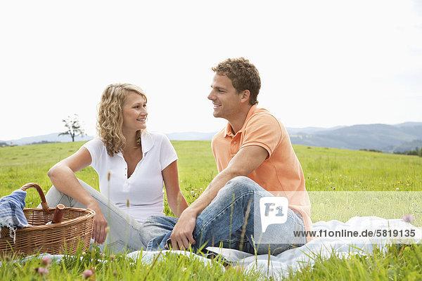 junges Paar mit Picknick