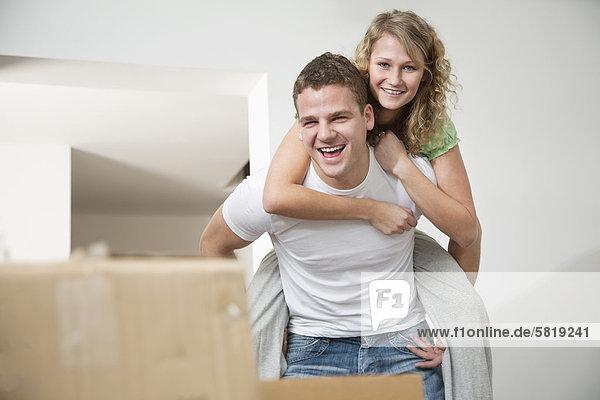 Frau Mann geben fahren jung Eigentumswohnung mitfahren neues Zuhause