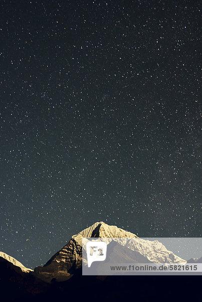 Gebirge in Nepal bei Nacht