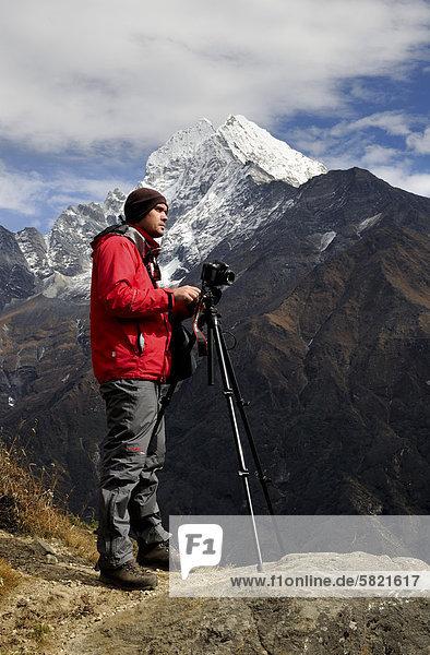 Fotograf auf Berg in Nepal Thamserku im Hintergrund