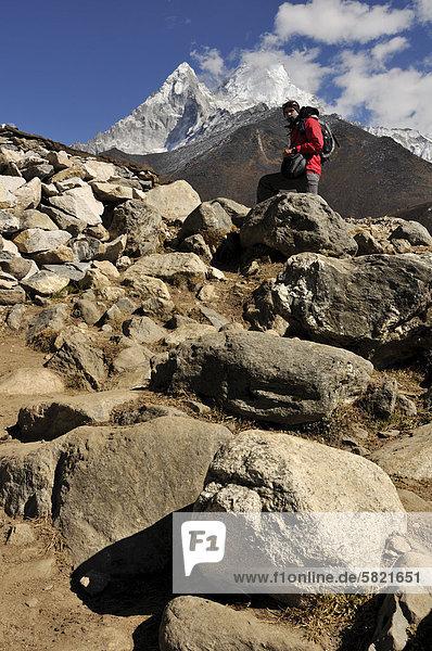 Wanderer in Nepal mit Ama Dablam Gebirgshintergrund