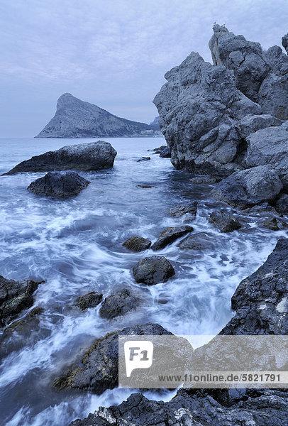 Schwarzmeer-Küste auf Krim in der Ukraine mit Koba-Kaya Berg