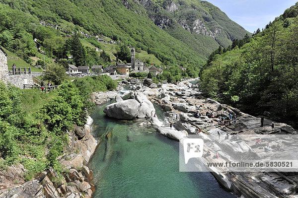 Gebirgsfluss Verzasca  heller Orthogneis  metamorphes Gestein  in das sich die Verzasca tief eingeschnitten hat  Lavertezzo  Valle Verzasca  Tessin  Schweiz  Europa