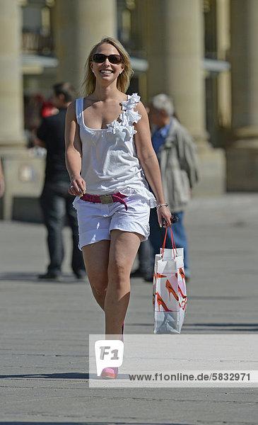 Junge Frau  beim Shopping  Shoppen  Einkaufen  Königsstraße  Stuttgart  Baden-Württemberg  Deutschland  Europa  ÖffentlicherGrund