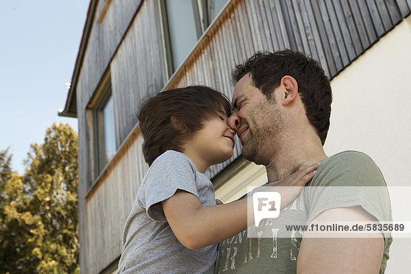 Außenaufnahme  Menschlicher Vater  Sohn  freie Natur  spielen