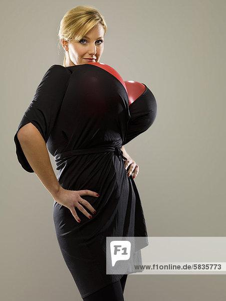 Frau trägt Luftballons im Kleid