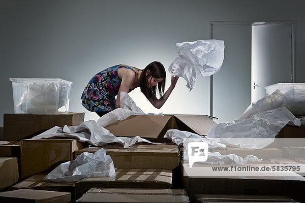 Teenager Mädchen beim Auspacken von Kartons
