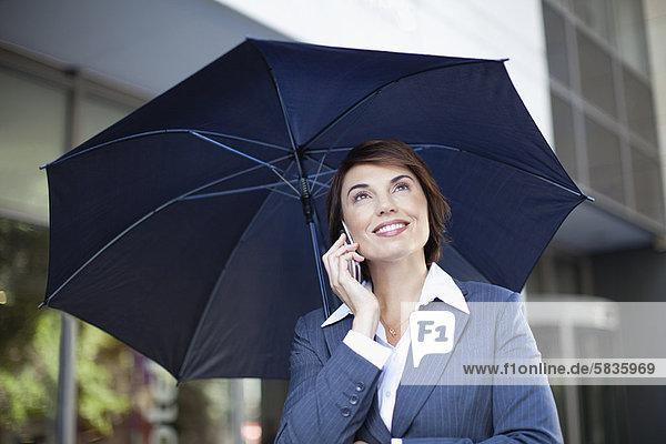Außenaufnahme  Geschäftsfrau  tragen  Regenschirm  Schirm  freie Natur
