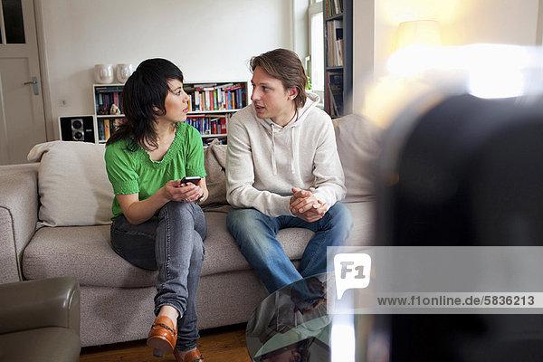 Freunde entspannen gemeinsam im Wohnzimmer
