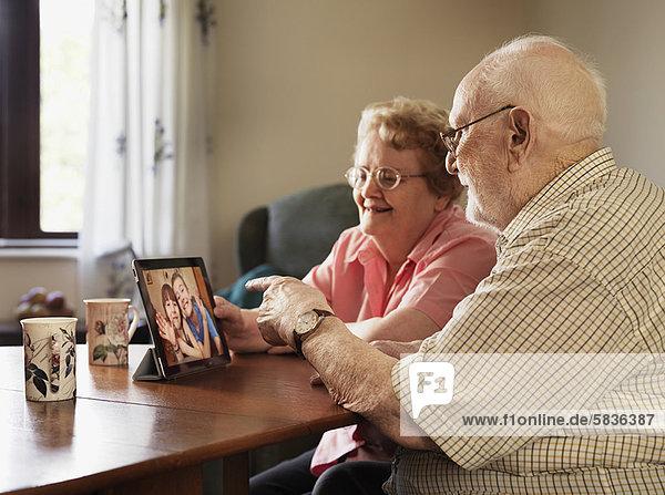 Ältere Paare im Videochat mit der Familie