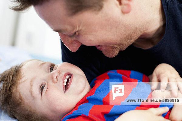 lächeln  Menschlicher Vater  Sohn  spielen