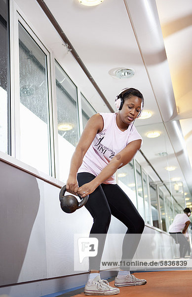 Fitness-Studio  Jugendlicher  heben  Hantel  Mädchen
