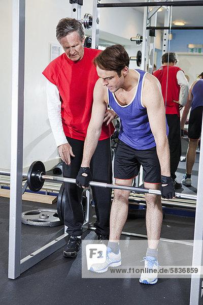 Fitness-Studio  Mann  heben  Hantel