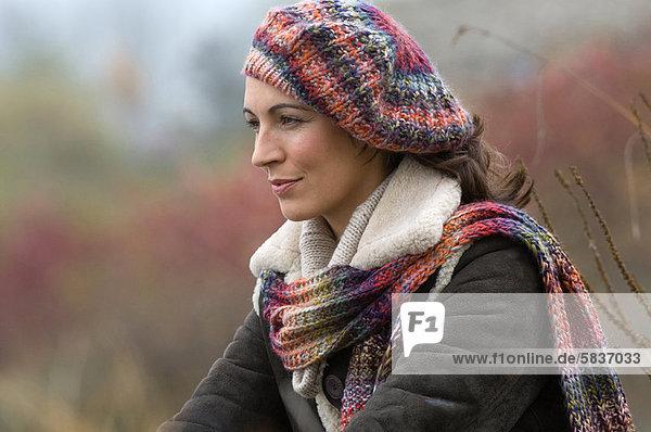 Frau  Hut  Schal  Kleidung  stricken