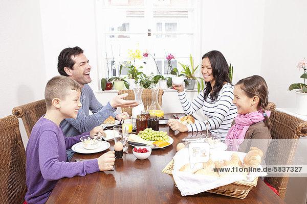 Familienfrühstück am Tisch