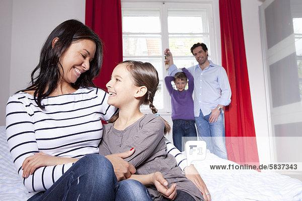 umarmen  Bett  Tochter  Mutter - Mensch