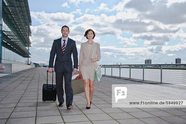 Mittleres erwachsenes Paar außerhalb des Flughafens