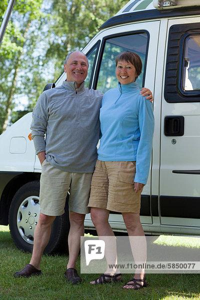 Paar außerhalb des Wohnmobils  Portrait