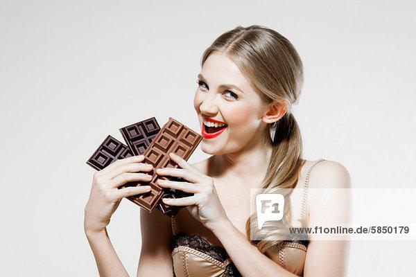Junge Frau mit Schokolade