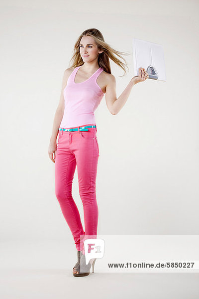 Junge Frau mit Gewichtswaage