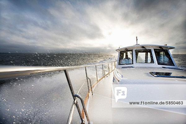Motorboot und Meeresspray