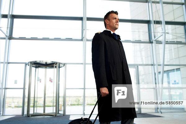 Pilot kommt am Flughafen an