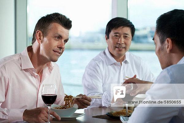 Multirassische Geschäftsleute beim Essen