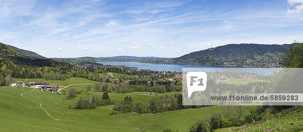 Tegernsee mit Bad Wiessee  Tegernseer Tal  Oberbayern  Bayern  Deutschland  Europa