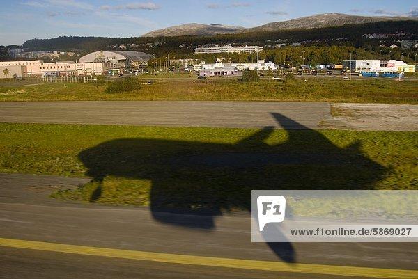 Flugzeug landet auf dem Flughafen Tromso  Norwegen