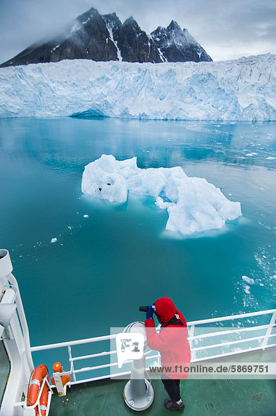 Touristen fotografieren Eisberg  Gletscher Monaco  Svalbard  Norwegen