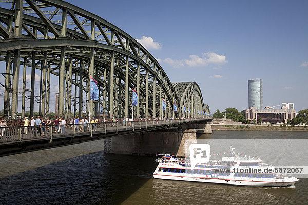 Ausflugsschiff an der Hohenzollernbrücke auf dem Rhein  Köln  Rheinland  Nordrhein-Westfalen  Deutschland  Europa  ÖffentlicherGrund