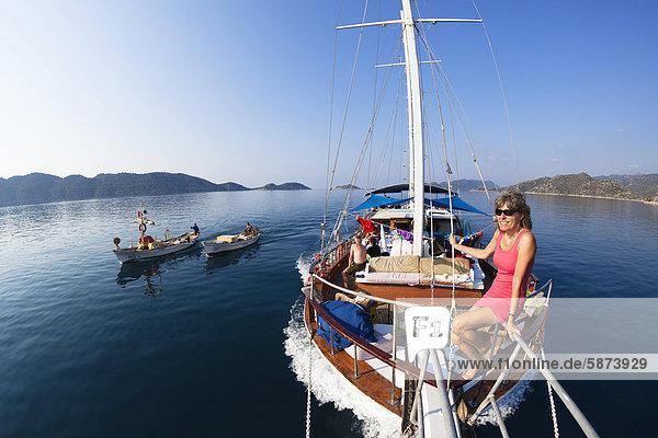 Segeln sitzend Frau Reise Küste Boot vorwärts Mittelmeer