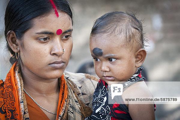 Mutter mit Kleinkind bei einer von der Hilfsorganisation Ärzte für die Dritte Welt initiierten Impfaktion für Kinder  bei Kalkutta  Kolkata  Westbengalen  Indien  Asien