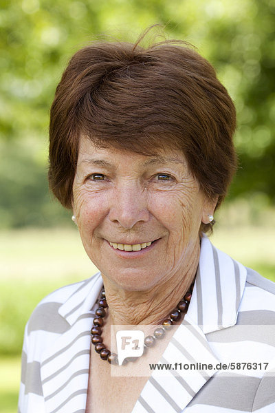 Ältere Frau  Seniorin  Rentnerin  70-80 Jahre  in Bengel  Rheinland-Pfalz  Deutschland  Europa