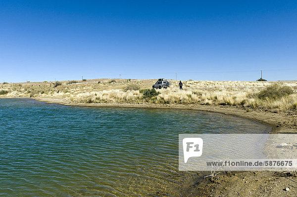 Wasserloch  Reisende machen Rast  Schwarzland  Namibia  Afrika