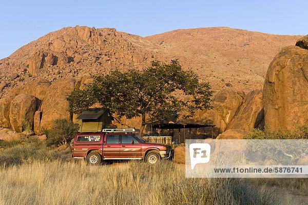Allradwagen auf dem Zeltplatz der Farm Koiimasis in den Tiras-Bergen  Namibia  Afrika