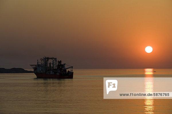 Diamantensucher-Schiff  mit dem Diamanten vom Meeresboden aufgesaugt werden  Sonnenuntergang  Hafen von Lüderitz  Namibia  Afrika