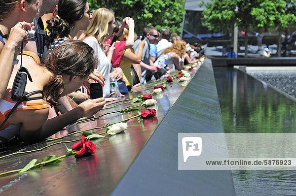 Gedenkstätte World Trade Center  Südbecken  die Namen der Opfer sind auf Bronzebändern  die die Becken umranden  eingefräst  9-11 Memorial  Ground Zero  Financial District  Manhattan  New York City  USA  Nordamerika  Amerika  ÖffentlicherGrund