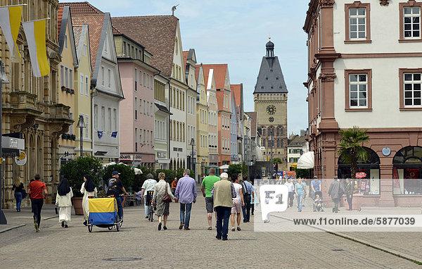 Passanten auf Maximilianstraße  Via Triumphalis  hinten das Altpörtel  Speyer  Rheinland-Pfalz  Deutschland  Europa  ÖffentlicherGrund