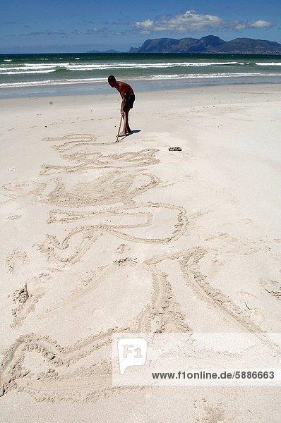 Südliches Afrika  Südafrika  Profil  Profile  Strand  Junge - Person  Sand  Zeichnung  Seitenansicht  Western Cape  Westkap  Kapstadt  Muizenberg  Holzstock  Stock