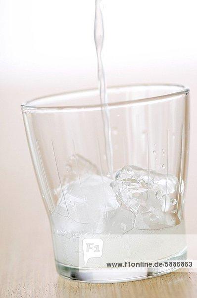Glas  eingießen  einschenken  füllen  füllt  füllend  Eis  Zitrusfrucht  Zitrone  würfelförmig  Würfel  Cola