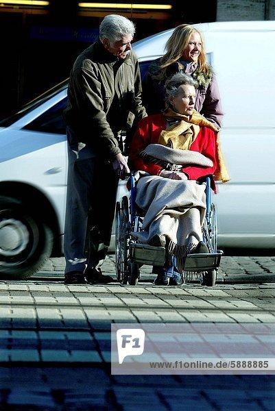 Senior  Senioren  Frau  schieben  Menschlicher Vater  Tochter  Rollstuhl