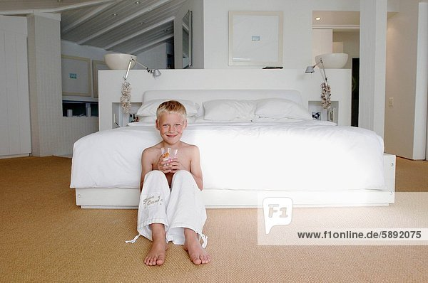 Glas  lächeln  Junge - Person  halten  Milch