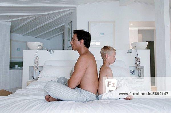 sitzend  Mann  Sohn  Bett  Mittelpunkt  Erwachsener