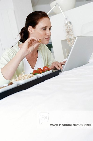 Mitte erwachsen frau mit einem laptop