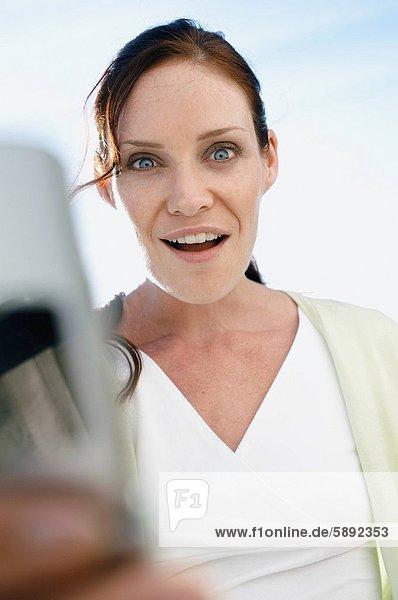 Handy  Portrait  Frau  lächeln  halten  Kurznachricht  jung